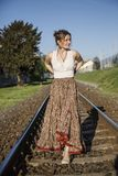 Mulher vestida Bohemian no trilho fotografia de stock royalty free