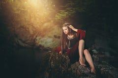 Mulher vestida medieval no córrego mágico Foto de Stock