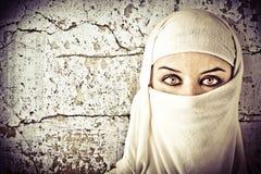 Mulher vestida no traje árabe Imagem de Stock Royalty Free