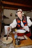 Mulher vestida no traje romeno tradicional Imagens de Stock Royalty Free