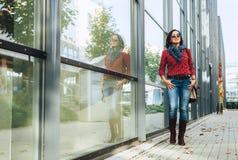 A mulher vestindo ocasional anda na cidade do outono imagens de stock