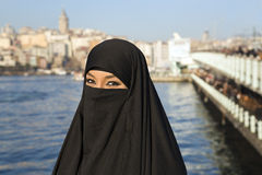 A mulher vestiu-se com lenço preto, chador na rua de Istambul, peru fotos de stock