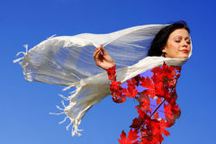 A mulher vestiu-se nas folhas de outono que aprecia a estação Fotos de Stock Royalty Free