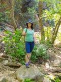 A mulher viaja através da floresta Foto de Stock Royalty Free