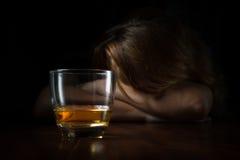 Mulher viciado do álcool com um vidro do uísque Imagem de Stock Royalty Free