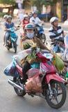 A mulher vietnamiana conduz seu comprar Fotos de Stock