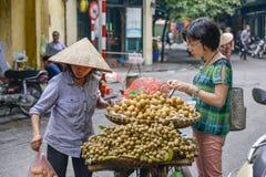 Mulher vietnamiana das vendas em Hanoi Fotografia de Stock Royalty Free
