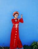 Mulher vietnamiana nova da beleza no nacional vermelho fotos de stock royalty free