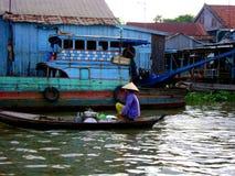 Mulher vietnamiana que vende o alimento no delta de Mekong Foto de Stock