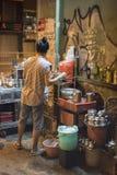 A mulher vietnamiana vende bebidas na noite em uma aleia em Ho Chi Minh City, Vietname foto de stock
