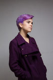mulher Violeta-curto-de cabelo que veste um revestimento violeta Fotografia de Stock
