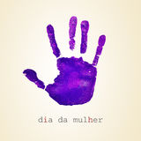 Mulher violeta del diámetro DA del handprint y del texto, día para mujer en portugues Imagenes de archivo