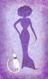 Mulher violeta e gato branco Fotos de Stock Royalty Free