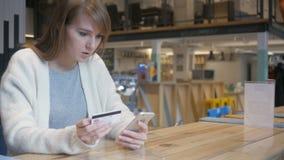 Mulher virada que reage para falhar a compra em linha no smartphone vídeos de arquivo