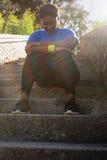 Mulher virada que senta-se na escadaria no campo de treinos de novos recrutas imagens de stock