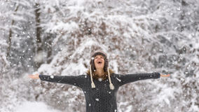 Mulher vivo feliz que comemora a neve Imagens de Stock