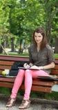 Mulher Wiritng fora em um parque Imagem de Stock Royalty Free