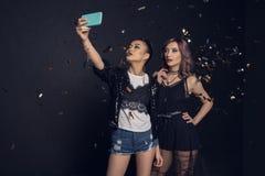 Mulheres à moda novas bonitas que tomam o selfie com smartphone foto de stock royalty free