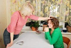 Mulheres adultas e novas: punição jocular foto de stock