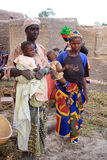 Mulheres africanas com crianças fotos de stock