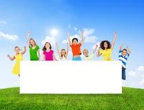 Mulheres alegres e crianças que aumentam os braços fotos de stock royalty free