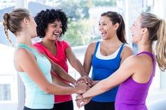 Mulheres aptas que apreciam ao guardar as mãos foto de stock royalty free