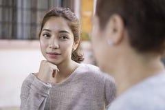Mulheres asiáticas bonitas na conversação amigável fotos de stock royalty free
