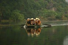 Mulheres asiáticas clássicas que vendem de porta em porta em um rio asiático Fotografia de Stock