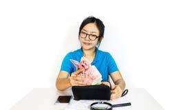 Mulheres asiáticas com dinheiro furado da captura da cara para fora da carteira preta, yo Imagens de Stock