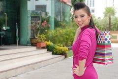 Mulheres asiáticas em guardarar muito saco de compras no mercado super Imagem de Stock Royalty Free