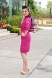 Mulheres asiáticas em guardarar muito saco de compras no mercado super Fotos de Stock Royalty Free
