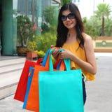 Mulheres asiáticas em guardarar muito saco de compras no mercado super Fotografia de Stock Royalty Free