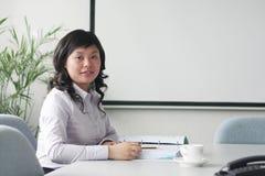 Mulheres asiáticas novas no quarto de reunião foto de stock