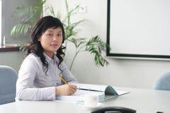 Mulheres asiáticas novas no quarto de reunião fotos de stock royalty free