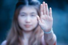 Mulheres asiáticas que mostram o gesto de mão da parada Foto de Stock