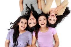Mulheres asiáticas que relaxam o encontro de sorriso no assoalho Fotografia de Stock Royalty Free