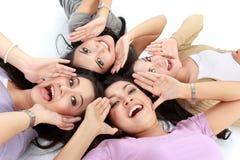 Mulheres asiáticas que relaxam o encontro de sorriso no assoalho Imagens de Stock Royalty Free