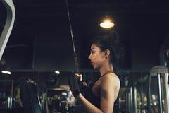 Mulheres asiáticas que treinam no gym e que fazem tração-UPS fotos de stock royalty free