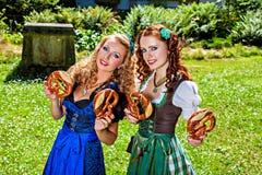 Mulheres bávaras com pretzel imagens de stock royalty free