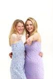 Mulheres bonitas com os grandes sorrisos que dão os polegares acima Imagens de Stock