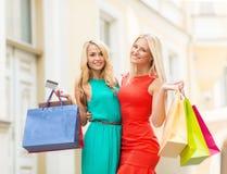 Mulheres bonitas com os sacos de compras no ctiy Foto de Stock