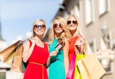 Mulheres bonitas com os sacos de compras no ctiy Imagens de Stock