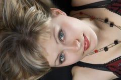 Mulheres bonitas da pessoa que encontram-se em um fundo preto Foto de Stock