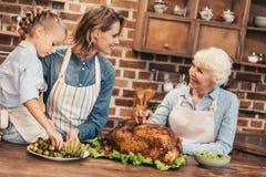mulheres bonitas de três gerações que preparam pratos fotografia de stock