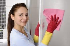 Mulheres bonitas felizes após ter limpado a casa fotos de stock