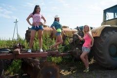 Mulheres bonitas no reboque de trator noun grande velho fotografia de stock