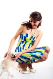 Mulheres bonitas no vestido curto que joga com cão Fotografia de Stock