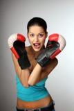 Mulheres bonitas novas com luvas de encaixotamento. Imagens de Stock Royalty Free