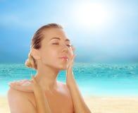 Mulheres bonitas novas na praia tropical ensolarada imagens de stock