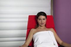 Mulheres bonitas novas no tratamento nos termas Imagens de Stock